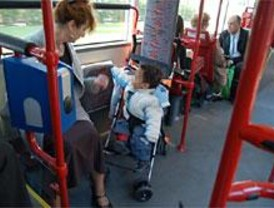 Prohibidos los carritos dobles de bebés en los autobuses