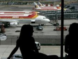 Un avión regresa a Barajas tras colarse un ave en su motor
