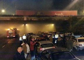 El incendio de un turismo en el túnel de Plaza de Castilla siembra el caos entre los conductores
