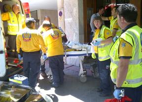 Los servicios de emergencias atendiendo al anciano atragantado