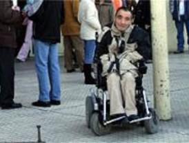 Jóvenes con discapacidad y voluntarios 'multan' a los coches mal aparcados