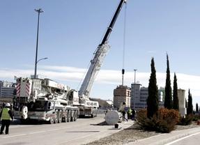 Desmontan el obelisco del Ensanche de Vallecas, tras derribar el viento a su 'gemelo'