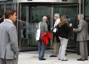varios fumadores a la entrada de un centro de trabajo