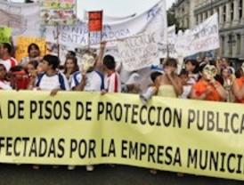 Asociaciones de vecinos recorren el centro para protestar por la venta de vivienda pública por el ayuntamiento