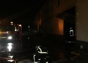Una veintena de vehículos, afectados por un incendio en un taller de Algete