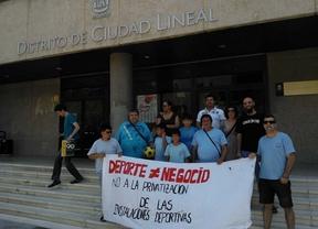 Un grupo de vecinos de La Elipa protesta contra la privatización de los campos de fútbol