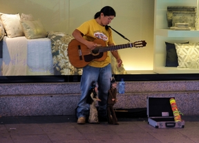 Un musico callejero con marionetas