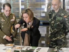 Chacón visita el centro de abastecimiento del ejército y presenta los uniformes