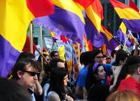 Cientos de personas marchan por la III República