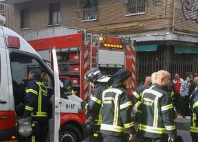 Grave por inhalar humo en un incendio en Carabanchel