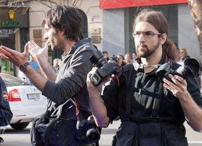 Foto de los dos fotoperiodistas detenidos cuando cubreian un desahucio en la calle de Tribulete de Madrid.