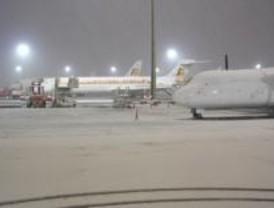 Barajas cancela dieciséis vuelos a Londres y París y activa la alerta por la nevada