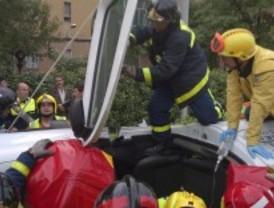 Grave un conductor tras ser arrollado por un autobús y chocar contra un árbol