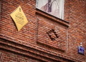Placa conmemorativa a Mahou en la calle Amaniel