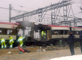 Tren destrozado por los atentados junto calle Tellez