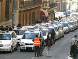 Los 32 taxis para minusválidos sin subvención se manifiestan para reclamar ayudas