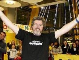López de Uralde llega haciendo el símbolo de la victoria y entre gritos de