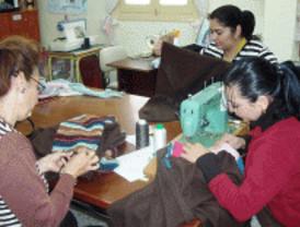 Las mozas gitanas exhiben sus diseños en Carabanchel