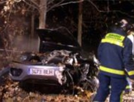 Dos personas mueren calcinadas al estrellarse contra un árbol en la A-6