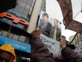 Dos centenares de personas piden la dimisión de Rajoy ante la sede del PP