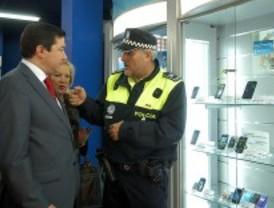 Un sistema de seguridad estrenado en Vicálvaro conecta a los comerciantes con la Policía Local