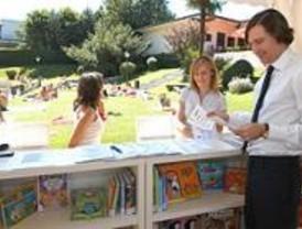 Las bibliotecas de verano de las piscinas disponen de más de 300 títulos
