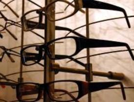 Lanzan una tapa de alcantarilla y roban 15.000 euros en gafas