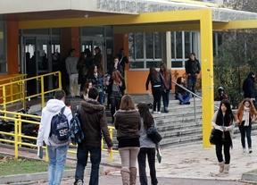 Estudiantes universitarios a la entrada de la Facultad de Económicas de la Universidad Autónoma