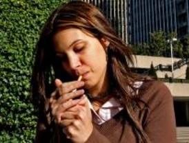 Sanidad busca desde la UE una oportunidad para prohibir fumar en los bares