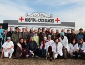 Los vecinos de Carabanchel 'inauguran' un hospital de madera para exigir un centro médico en la zona