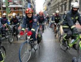 Los bomberos marchan en bici contra Granados