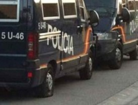 Pinchan las ruedas de 30 furgonetas de Policía