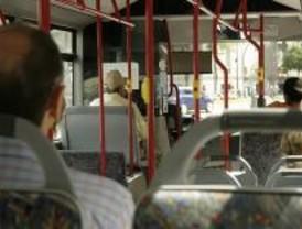 Un autobús de la EMT cambia de ruta por la doble fila