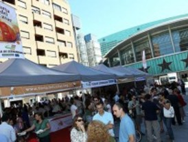 Más de 5.000 personas acuden a una degustación gratuita de Torta del Casar y vino extremeño