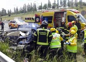 Los servicios de emergencia en un accidente en la M-40