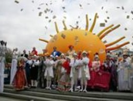 Miles de madrileños celebran con 'Les Comediants' el Día de la Ópera