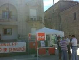 Los socialistas de Alpedrete trabajan en una jaima frente al Ayuntamiento