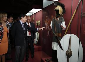 Ignacio González señala un uniforme militar cartaginés