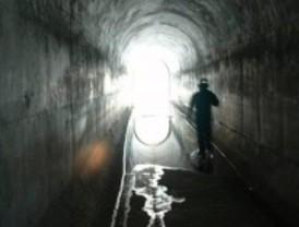 Un agente del grupo de subsuelo de la Policía recorre un túnel de la capital.