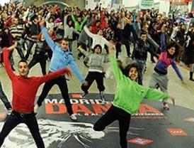 Más de 300 madrileños bailan una 'flashmob' en el Metro al ritmo de Michael Jackson