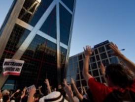 Miles de personas se manifiestan contra Bankia frente a las Torres Kio
