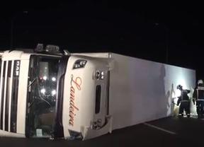 Cortada la A-4 a causa del vuelco de un camión
