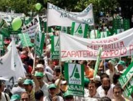 Los agricultores bloquean La Castellana para protestar por el gasóleo