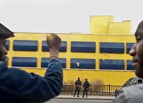 Un vídeo muestra la agresiones de un policía a un inmigrante en el CIE de Aluche