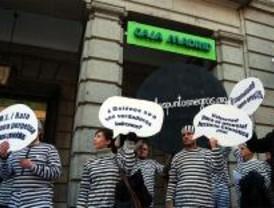 Manifestantes se encadenan frente a Caja Madrid para protestar contra Rato