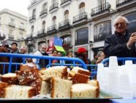 4.000 madrileños degustan el roscón solidario en Sol