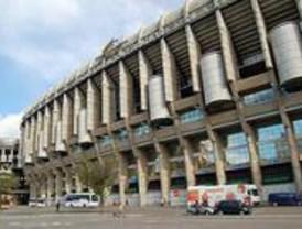 Decenas de aficionados hacen cola en el Bernabéu