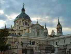 Concentración ante a la Almudena por la actitud del Vaticano frente a la homosexualidad