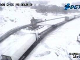Reabre la AP-6 tras haber sido cortada por una nevada en Segovia