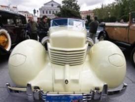 Una caravana de coches de época desfila por el Madrid Monumental